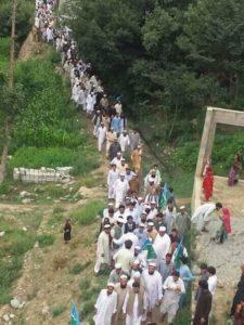 اپر دیر کے ایک گاؤں کے لوگ شمولیتی جلسےکی طرف روانہ